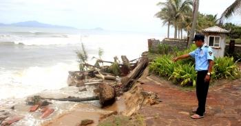 Sóng lớn đánh tan hoang bờ biển Hội An