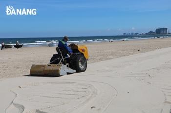 Làm sạch bãi biển bằng máy sàng cát