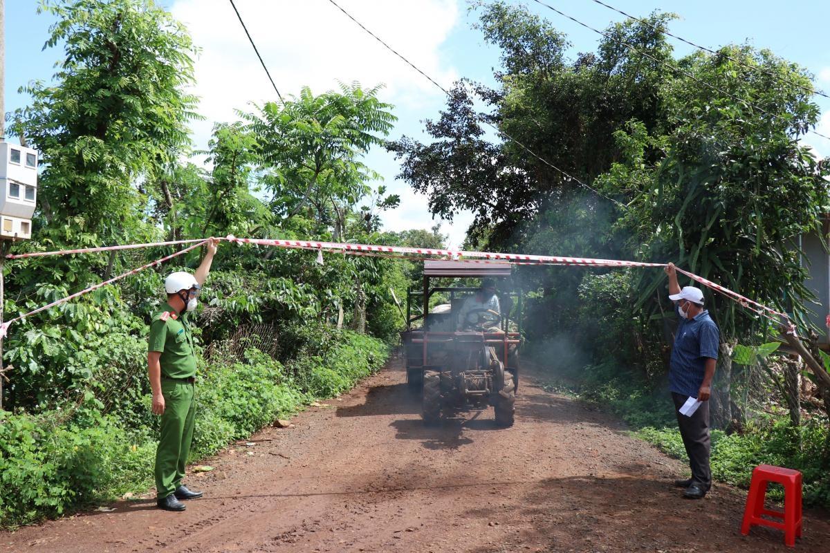 Ngay sau khi buôn Kwăng A ghi nhận chuỗi ca bệnh, buôn Gram A2, xã Cư Bao (thị xã Buôn Hồ) đã lập chốt kiểm soát người ra, vào để bảo vệ 'vùng xanh'