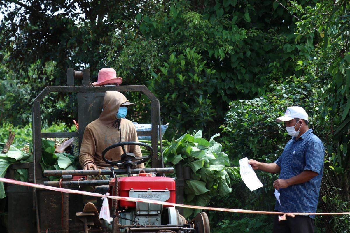 Ông Y Tôn Niê, Ban công tác Mặt trận buôn Gram A2, xã Cư Bao (thị xã Buôn Hồ) kiểm tra người ra vào buôn kết hợp tuyên truyền về công tác phòng, chống dịch cho người dân