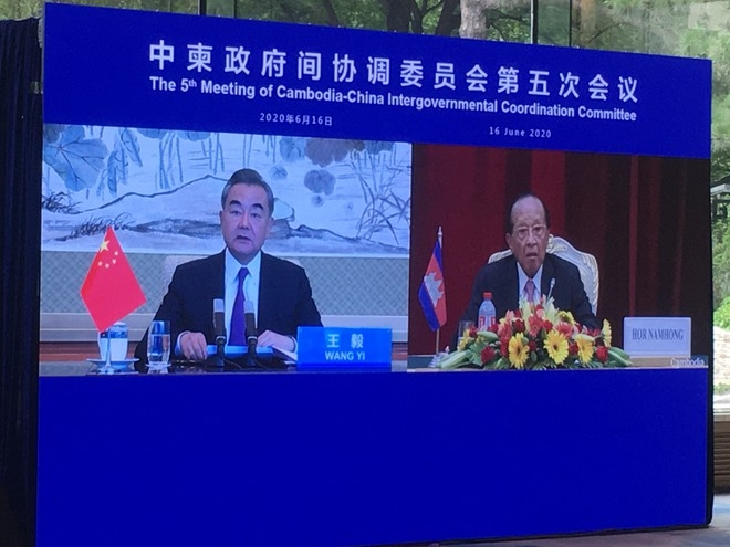 Phó thủ tướng Campuchia Hor Namhong trong một cuộc họp trực tuyến với ông Vương Nghị, Ngoại trưởng Trung Quốc, vào tháng 7 vừa qua. CGTV