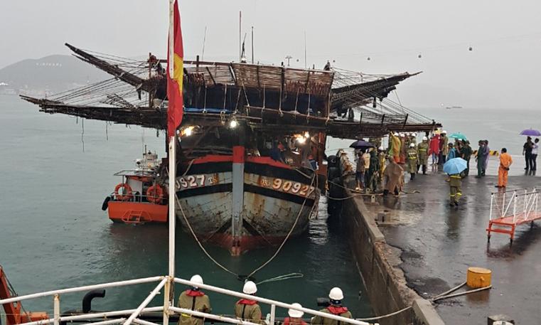 Tàu cá cùng 39 thuyền viên được đưa về bờ an toàn.