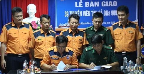 Trung tâm MRCC Việt Nam ký bàn giao 39 thuyền viên cho cơ quan chức năng.
