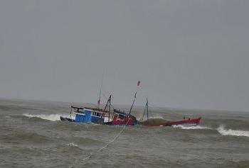Bình Định: 13 ngư dân gặp nạn trên biển được đưa vào bờ an toàn