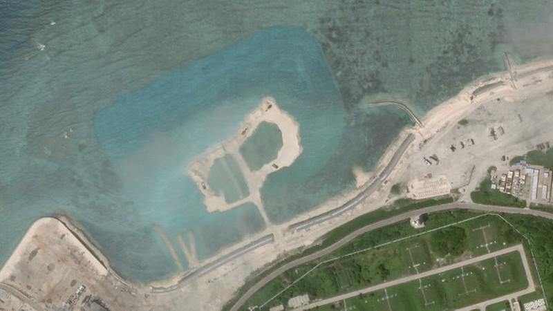 Hình ảnh vệ tinh ngày 5-10 cho thấy một mảng đá ngầm ở phía tây bắc của Đảo Phú Lâm đã được nạo vét, xung quanh là vùng nước màu xanh lam. Ảnh: PLANET LABS INC.