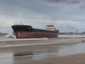 Quảng Ngãi: 2 tàu hàng neo đậu tại cảng Dung Quất đứt neo trôi dạt vào bờ