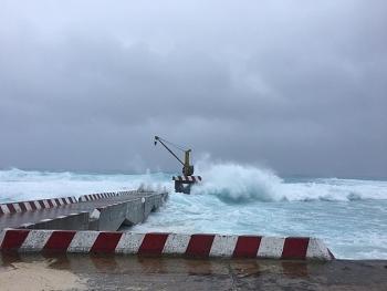 Hàng nghìn ngư dân tránh bão số 9 trong các âu tàu trên quần đảo Trường Sa