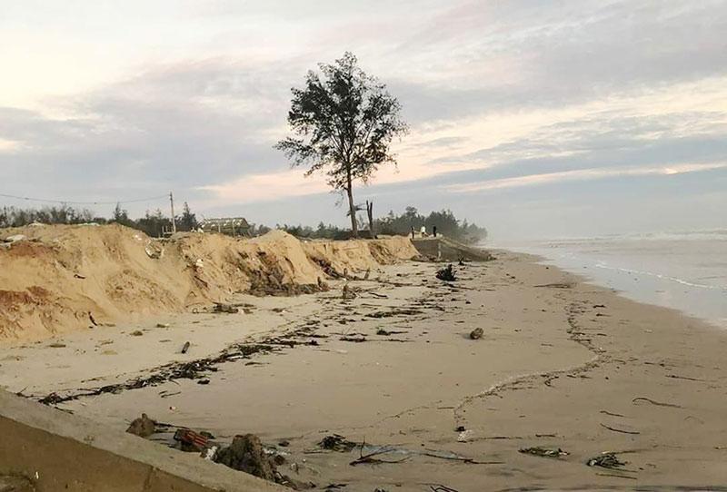 Quảng Trị sạt lở chưa từng có ở bãi tắm biển Gio Hải, chín nhà quán bị sập -0