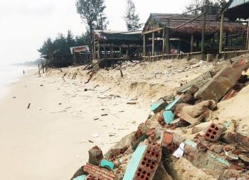 Quảng Trị: Sạt lở bãi tắm biển Gio Hải, chín nhà quán bị sập