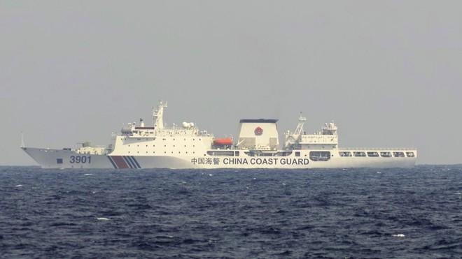 Tàu hải cảnh Trung Quốc được trang bị pháo cỡ lớn ở phía trước NGƯ DÂN CUNG CẤP