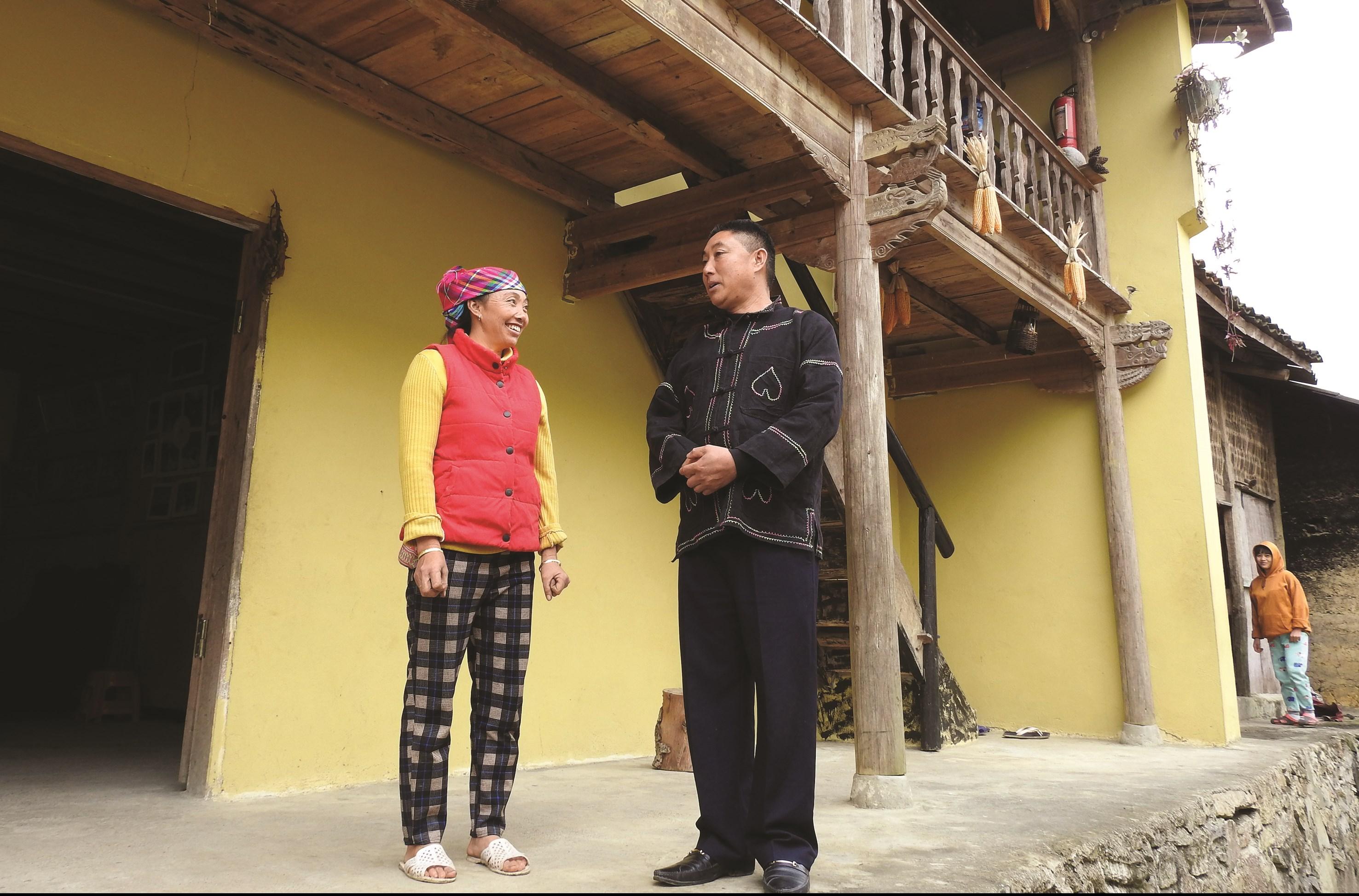 Trưởng thôn Sình Dỉ Gai tư vấn cách làm du lịch cho người dân trong thôn
