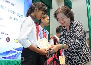 Bình Định: Trao hơn 100 suất học bổng Vừ A Dính cho con em ngư dân
