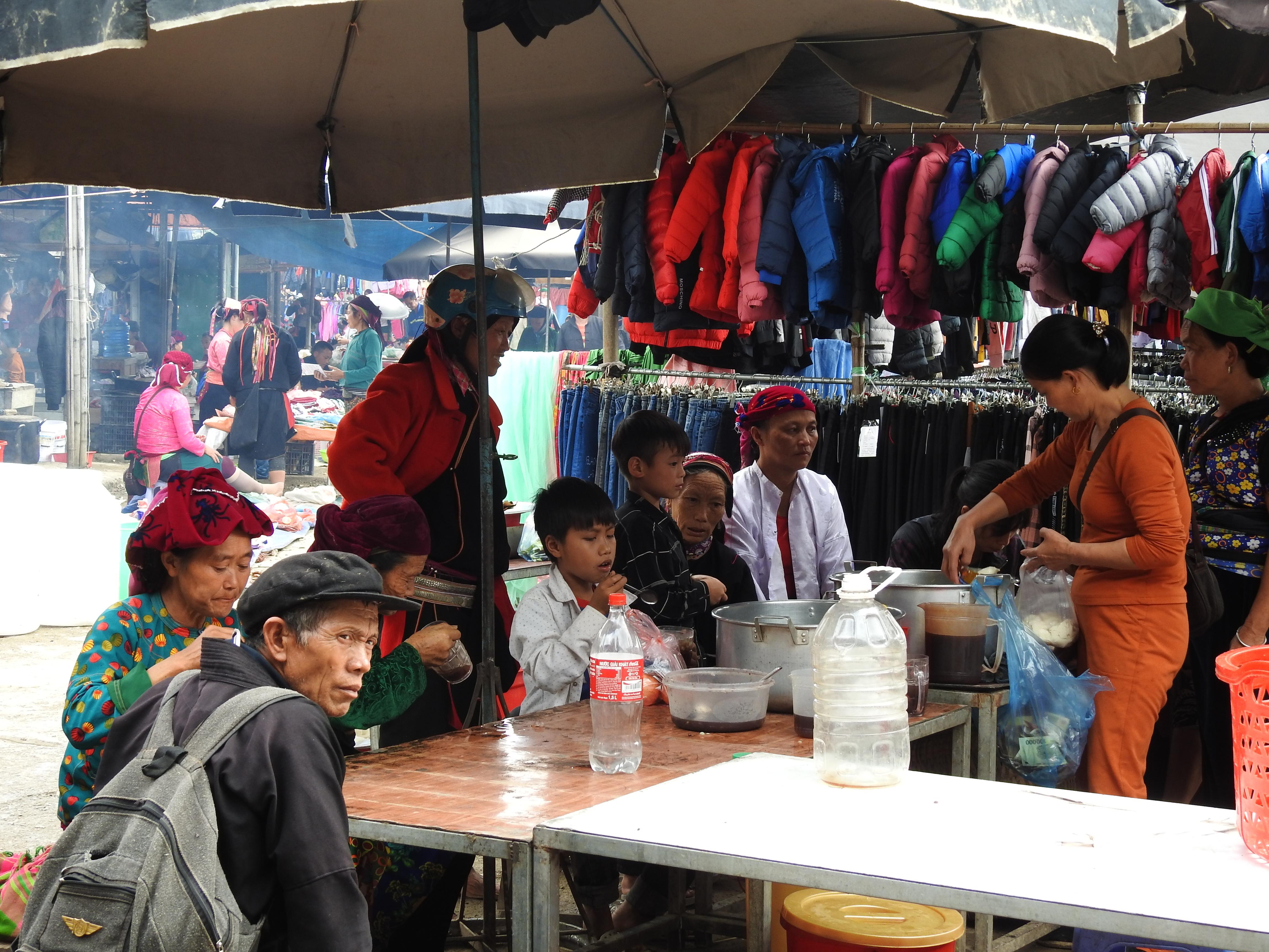 Một góc ăn quà vặt tại chợ Yên Minh