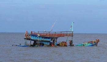 Kéo lưới làm chìm tàu cá cùng 5 thuyền viên