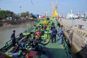 Cảnh sát biển tạm giữ 20.000 lít dầu không rõ nguồn gốc