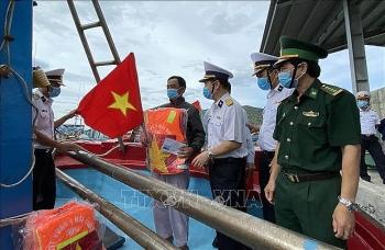 Ninh Thuận: Ngư dân được tặng quà, phát thuốc để yên tâm vươn khơi bám biển