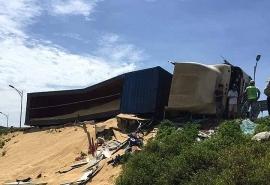Tin tức tai nạn giao thông chiều 26/6: Xe Container lật đè trạm gác cao tốc