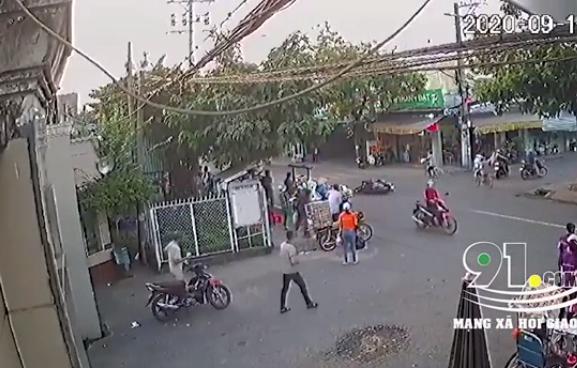 Camera Giao thông: Băng qua đường, một thanh niên bị xe máy đâm nguy kịch
