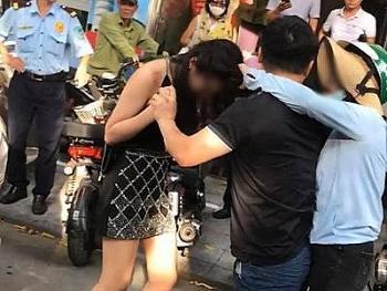 Hà Nội: Công an điều tra vụ chồng chở bồ trên xe Lexus bị vợ đánh ghen tơi tả trên phố