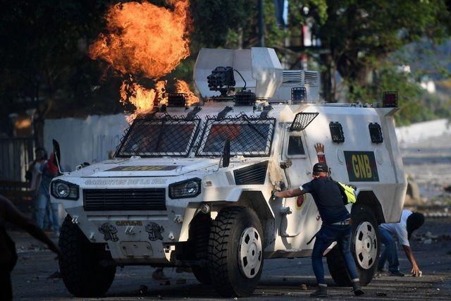 video xe boc thep venezuela mua cua trung quoc lao vao dam dong bieu tinh