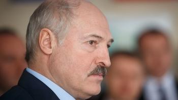 Tổng thống Belarus ôm súng AK trên đường trở về dinh thự riêng