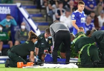 Lĩnh trọn pha vào bóng triệt hạ của đối thủ, trung vệ Leicester City gãy chân
