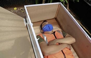 Indonesia: Không đeo khẩu trang phòng COVID-19 bị phạt nằm trong quan tài