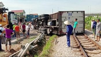 Camera giao thông: Tránh xe máy đi ẩu, xe tải húc bay dải phân cách rồi nằm lăn trên đường sắt