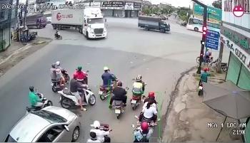 Camera giao thông: Tai nạn kinh hoàng khi xe máy tạt đầu container, bị bánh xe cán trúng