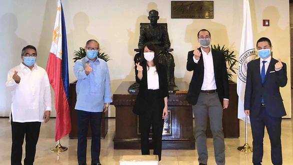 doanh nhan johnathan hanh nguyen tang 750000 khau trang cho philippines chong dich