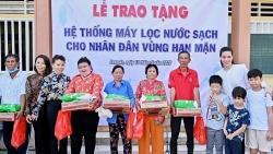 Hồ Ngọc Hà cùng con trai Subeo mang nước sạch cho miền Tây sau giãn cách xã hội