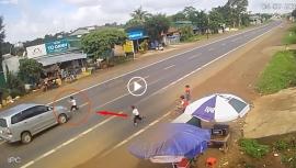Tin tức tai nạn giao thông chiều 4/7: Hoảng hốt cảnh bé trai bị ô tô đâm vì đột ngột chạy sang đường