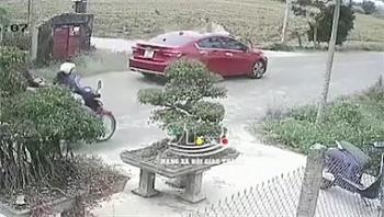 Camera giao thông: Bị ô tô đi ngược chiều tông trúng, xe máy văng xa 5 mét