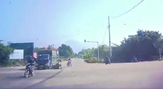 Camera giao thông: Xe máy phóng nhanh đâm vào xe tải giữa giao lộ, 2 người ngã văng xuống đường