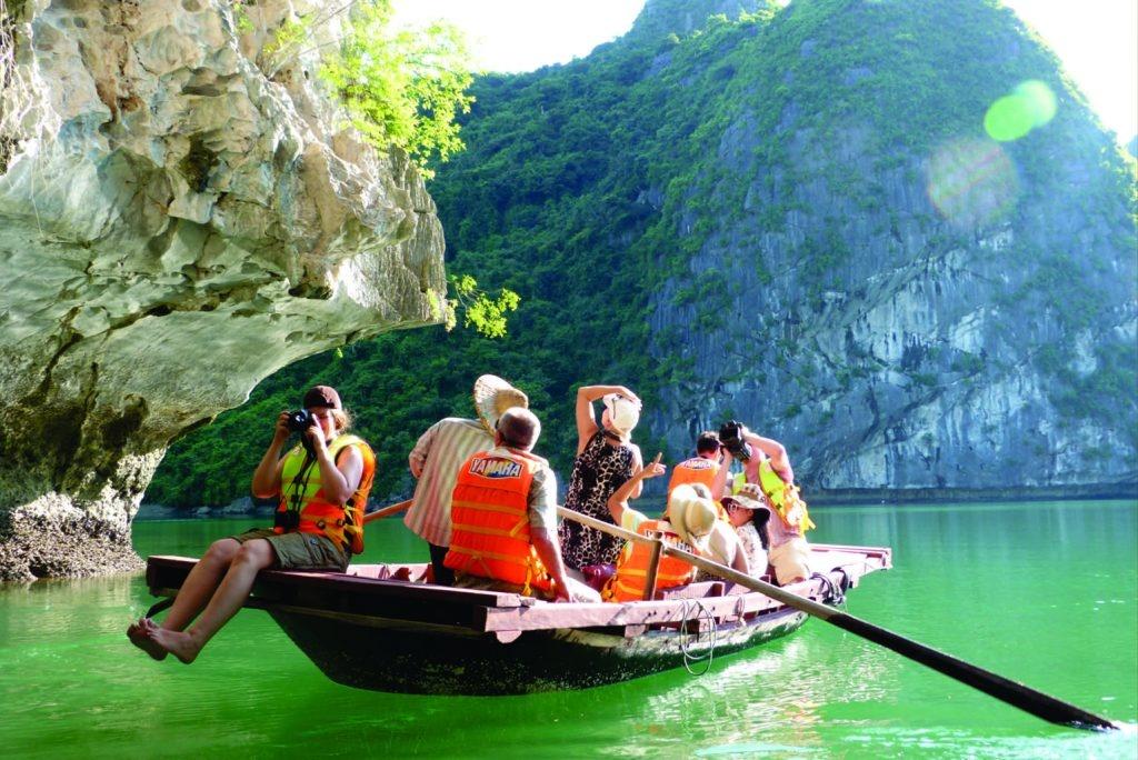Nơi đây sở hữu phong cảnh thiên nhiên được tạo hóa dựng nên một cách tự nhiên vô cùng tráng lệ, thu hút mọi du khách.
