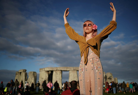 10000 nguoi do ve stonehenge don ha chi o bac ban cau