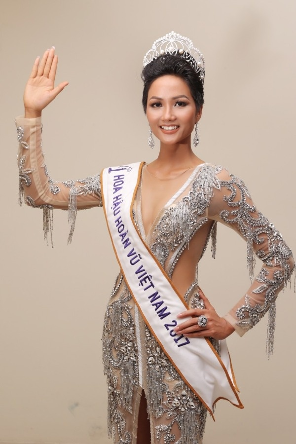 ngoai le hhen nie duoc btc miss universe tang lai chiec vuong mien empower tri gia 27 ty dong