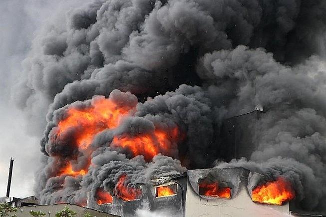 Bình Dương: Cháy dữ dội công ty sản suất băng keo trong KCN Việt Hương - Ảnh 1