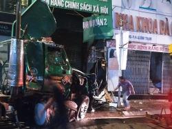 buon ngu tai xe container lao vao ngan hang dam sap tuong nha dan