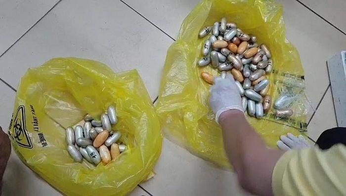 bat doi tuong nuot gan 16kg cocain trong bung vuot 4 quoc gia o san bay