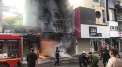 Giải cứu thai phụ kẹt trong căn nhà 4 tầng đang cháy, một công an bị thương