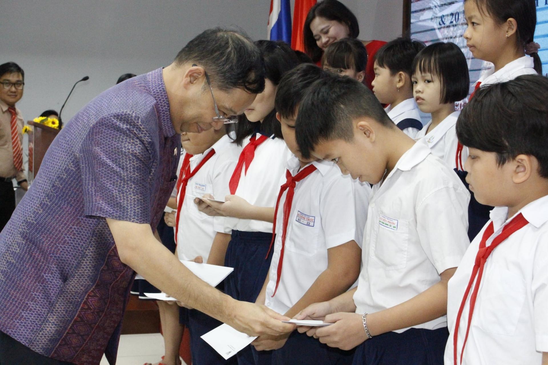 ong apirat sugondhabhirom quan he nhan dan la nen tang phat trien giua thai lan va viet nam