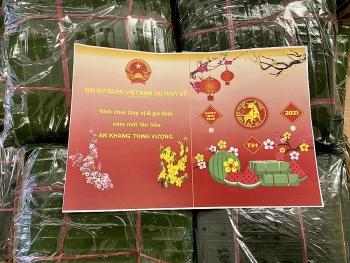 Đại sứ quán Việt Nam tại Thụy Sỹ gói bánh chưng tặng bà con người Việt