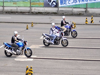 Người Việt thi bằng lái xe máy ở Nhật dễ dàng hơn với sách hướng dẫn song ngữ