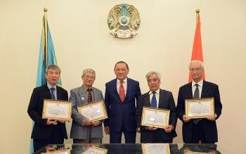Bộ Văn hóa và Thể thao Kazakhstan trao bằng khen cho bốn dịch giả Việt Nam