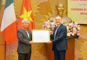 Trao tặng Huân chương Công trạng hạng chỉ huy Italia cho ông Phan Thanh Bình