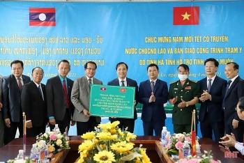 Hà Tĩnh bàn giao công trình Trạm Y tế bản Mạc Phương cho tỉnh Khăm Muộn (Lào)