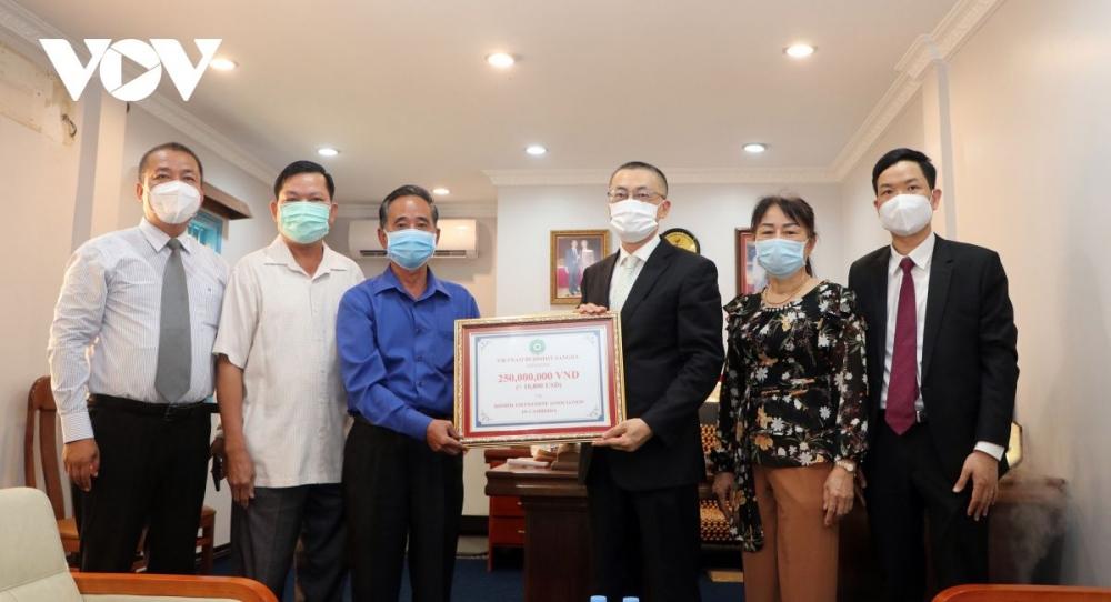 Trao tặng 500 triệu đồng cho chư tăng Phật giáo Campuchia và kiều bào tại Campuchia khó khăn do COVID-19