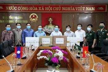 Hà Tĩnh tặng vật tư y tế cho huyện Khăm Cợt, tỉnh Bôlykhămxay (Lào) phòng chống dịch COVID-19