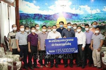 Hội người Việt tại Oudomsay (Lào) giúp đỡ chính quyền sở tại mì, khẩu trang, tiền mặt chống dịch